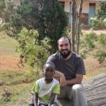 Fra Fabio con un bambino di Mbuga