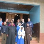 Il gruppo con il parroco e le suore di Mbuga